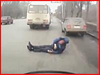 何が起きた。バスから落ちた男性が並走していた車に頭をひかれて死亡。