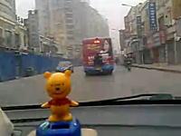 信じられない方法でバスにタダ乗りする中国人ビジネスマン。君は蜘蛛男か