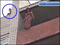 これはGJ動画。マンションから今にも飛び降りそうになっている女性を救助。