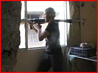 これが戦争なんだな。窓からRPGを撃とうとした男性がヘッドショットされる。