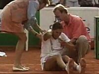 モニカ・セレシュ選手がテニスの試合中に暴漢に刺されてしまう事件の映像
