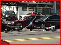 これは最悪。公道でバーンアウトに失敗したバイクが自転車をはね飛ばす。