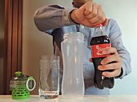 コーラですら一瞬で濾過できるOKO(オコ)ボトルが凄い。黒いのが透明にw