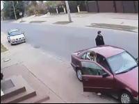 ギリギリセーフ動画。酔っ払いのおっさんvsトラック。あと一歩で大怪我してた