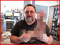 切断した自分の足首をYouTubeで紹介するおじさんの映像。これは再生注意