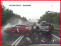 これは焦る。目の前で起きた激しいスリップ事故の瞬間ドライブレコーダー。