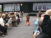 趣旨をまったく理解していない幼女が可愛すぎる結婚式のホームビデオ。