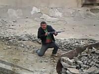 非常に楽しそうなおっさんたち動画。工事現場の削岩機で銃撃戦やってるww
