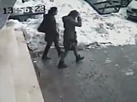 これは酷い。屋根に積もった雪が崩れ落ちてきて少女を直撃。雪国コワイ。