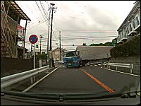 大型トレーラーが狭い交差点を曲がってくる時のドキドキ感は異常www