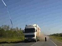 対向車のトレーラーから脱落した大型タイヤが・・・。の他ジコジコ動画を3つ。