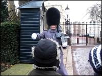 無言で近づいてきた近衛兵がいきなり子供を怒鳴りつける。これは怖いwww