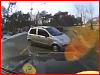 右ハンドルなら死んでいる。スピンした車が目の前にやってきてガッシャーン