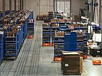 自律ロボットが棚を動かしまくる大きな倉庫の映像。人間がいらなくなるな