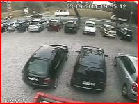 これは悲惨すぎる(@_@;)大型トラックに挟まれてペシャンコになる3台の車