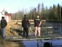 凍った湖に突撃したおデブちゃんの悲劇。これはちょっと危険ですなw