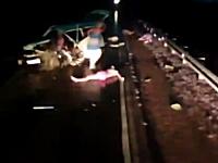 事故で車から投げ出された人たち。酔っ払い運転⇒左右フラフラ⇒正面衝突