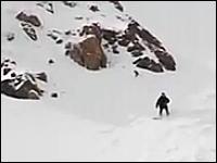 雪崩エアバッグによって雪崩から生還したスノーボーダーのビデオ。画期的