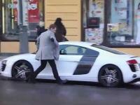 これはヒドスwwwセレブの高級車のドアノブに犬の糞を塗りつける悪戯w