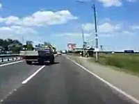 飛ばしすぎやろ。片側車線が渋滞してたら速度を落とした方がいいよ事故。