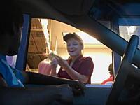 店員さんの表情がとても素晴らしい。ドライブスルーでゲリラ手品やってみた。