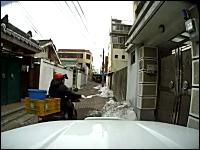 ブイ~ン⇒シュッ!韓国のポスティングの達人が凄すぎる8秒動画。ピトッ!