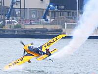 危機一髪!エアレース中の飛行機が湖面にヒット! レッドブル・エアレース