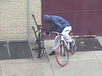 これは酷いwwwレベルの低すぎる自転車ドロボウを撮影したビデオ。NY市