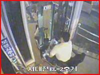 韓国、ブチギレた電動車椅子の男性がエレベーターのドアを破壊して転落
