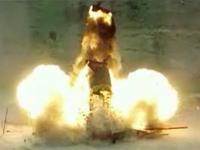 バスにミサイルが打ち込まれて爆発する瞬間をハイスピードカメラで