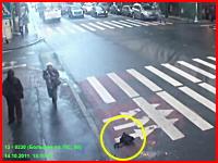 横断歩道を渡るおばあさんの上をバスが通過し更に1名を跳ねて二人死亡