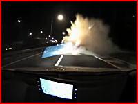 これはヤバイ(@_@;)暴走する車が中央分離帯の水タンクに激突する凄い映像