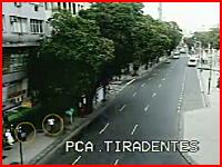 ブラジルで大規模なガス爆発。歩道にいた3人が爆風に巻き込まれてしまう瞬間