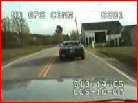 警察官を射殺する男。パトカーの車載カメラが撮影した衝撃映像。銃こわす。