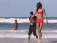 10代の女性として世界一背の高い女の子Elisany Silva。彼氏とビーチにて。
