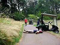 酔っ払いのゴルフカート対決。クラッシュして自分のカートに轢かれる男性w