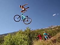 エクストリーム自転車飛び込みの恰好良いスローモーションビデオ。画質も良