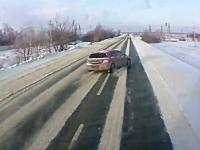 シュールなジコジコ動画。雪道で追い抜いて行った車が滑ってそのままダイブ