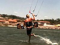 カイトサーフィンのスゴ技「水上歩行」とビルの屋上からカイトボードで飛んじゃう男