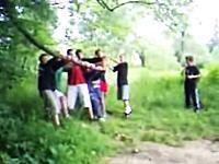 予想外の飛びっぷり 木の弾力を利用してぶっ飛ぶ遊びをする少年たち