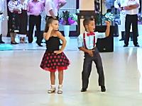 これは凄い。大人顔負けのダンスを披露する小さなカップル。色っぽすぎwww