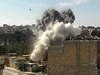 戦争ビデオ。カメラに向かって撃たれた砲弾が目の前の建物に直撃する映像