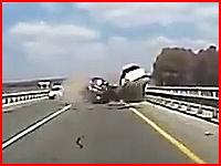 恐ろしい交通事故の瞬間。ダブル正面衝突で一台目がヤバすぎる(@_@;)