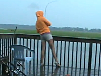釣りハプニング。釣り上げ間際にちっさいジョーズが飛び出してきてビックリ