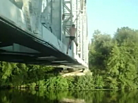 そっちかよwww鉄橋でターザンスイングしたら痛い事になってしまった動画