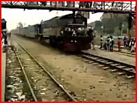 電車の屋根に乗っていた男性が連絡通路に頭をぶつけて転落する瞬間。