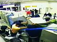 自動小銃などで武装した20人の強盗が豪快にATMを盗んでいく映像