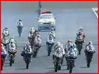MotoGP125cc茂木の事故映像。後続に轢かれたドライバーが頭部から壁へ
