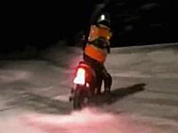 京都の原チャリ野郎が雪山でドリフトしている映像。ヤマハJOG雪道仕様。