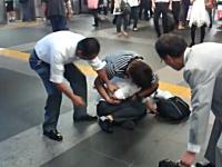 駅で盗撮してた高校生風の男子が通行人たちに取り押さえられている映像